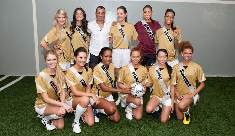 Les Miss Univers font du foot