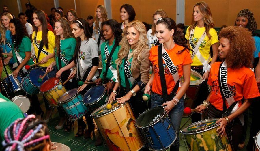 Les Miss Univers jouent du tambour