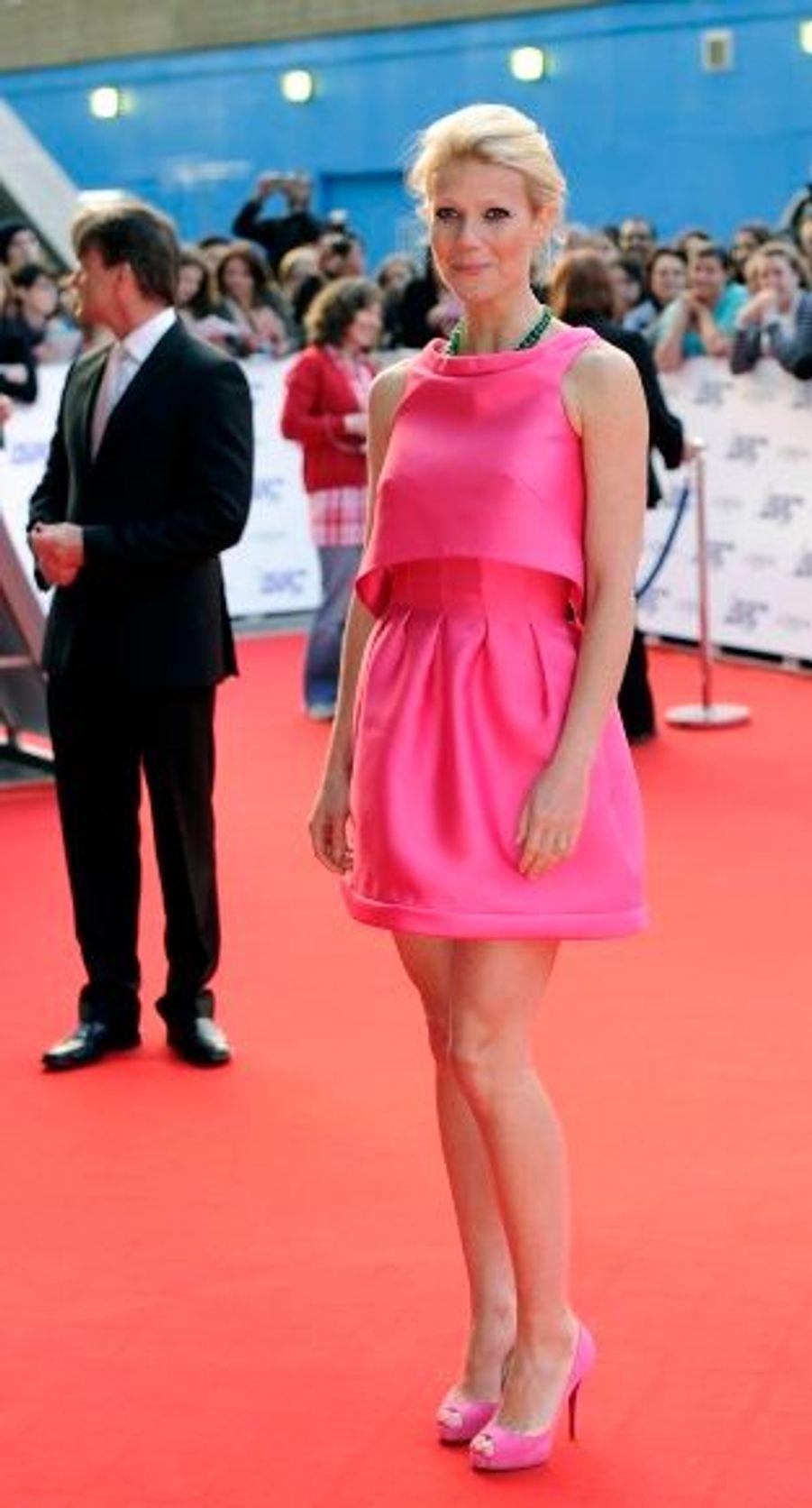 Gwyneth Paltrow a fait sensation dans sa robe inspirée des années 60. L'actrice était venue remettre à Tom Cruise le prix d'icône du cinéma.