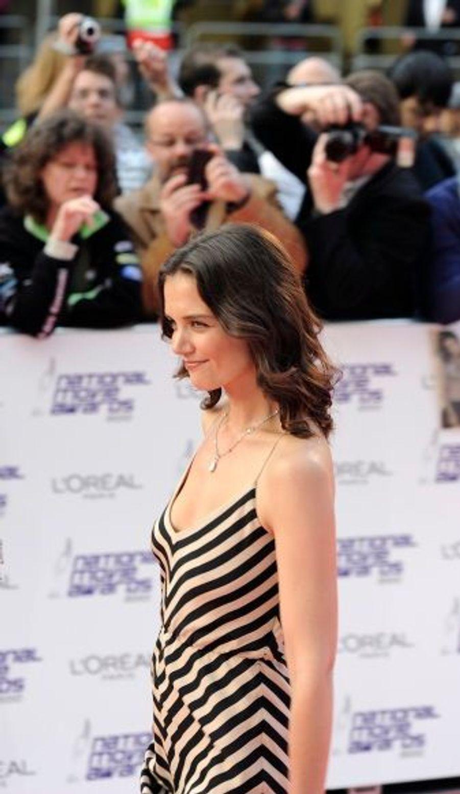Katie Holmes, venue accompagner son mari Tom Cruise, portait une robe de sa propre collection, Holmes&Yang.