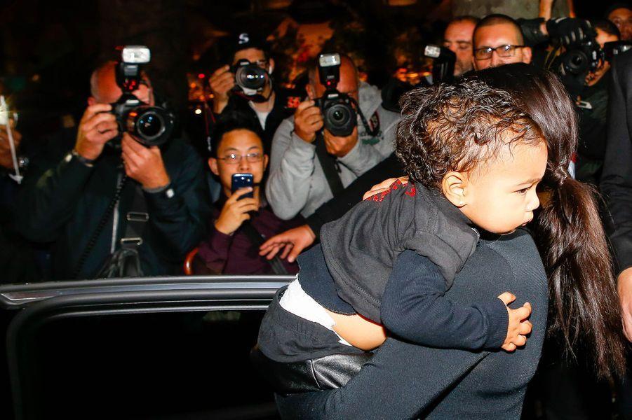 Kanye West, Kim Kardashian et leur petite North West au défilé Balenciaga Printemps/Eté 2015 à Paris, le 24 septembre 2014.