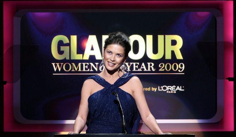 """Catherine Zeta-Jones a présenté hier soir la cérémonie annuelle organisée par le magazine Glamour, et honorant les """"femmes glamour de l'année"""". Parmi elles : la poétesse Maya Angelou, qui fêtait ses 81 ans, la femme d'Arnold Schwarzenegger Maria Shriver, Rihanna ou encore Stella McCartney."""