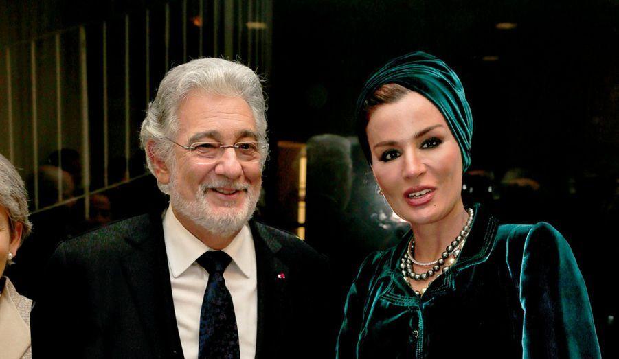 Belle prestance, charismatique et chaleureux, le maestro sembla ému lorsque Irina Bokova, la directrice générale de l'Unesco, le nomma ambassadeur de bonne volonté, « en reconnaissance, dit-elle, de votre carrière exceptionnelle et de votre soutien aux jeunes talents de l'Opéra à travers la compétition Operalia ». La cérémonie achevée, deux sopranos, Micaëla Oeste, frêle blonde, et Angel Blue, athlétique Black, chantèrent du jazz et des tubes de Broadway. Puis les invités – Philippine de Rothschild, Nahed Ojjeh, Eve Ruggieri… – se rendirent au premier étage pour le souper. La très belle et élégante épouse de l'émir du Qatar, Cheikha Mozah bint Nasser, attirait tous les regards. Pierre Bergé bavarda longuement avec Placido Domingo, venu avec sa femme, Marta. Marisa Berenson fut à la manœuvre pour la vente aux enchères de luxueux lots offerts par Dior, Jean-Claude Jitrois, le Royal Mansour de Marrakech ou encore le joaillier Edouard Nahum, dont la bague en or et diamants fut achetée par le riche collectionneur d'art islamique David Khalili quasiment le double de son prix en boutique !Ici, le célèbre ténor et chef d'orchestre Placido Domingo et Cheikha Mozah bint Nasser.