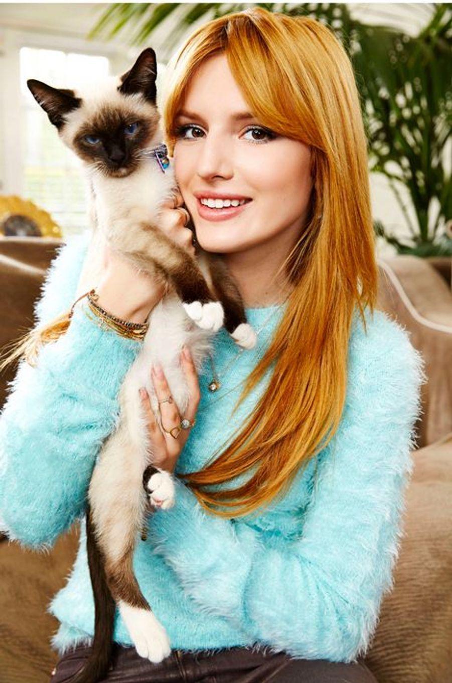 Bella Thorne avec son chat chez elle à Los Angeles , le 26 janvier 2014.