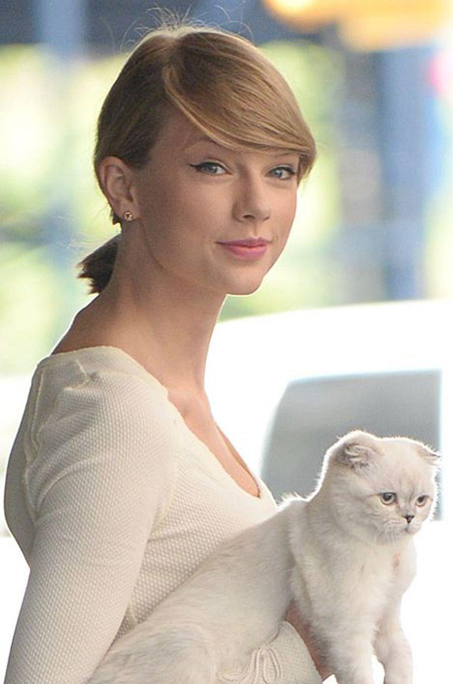 Taylor Swift avec son chat sortant de chez elle à Manhattan, le 16 septembre 2014.