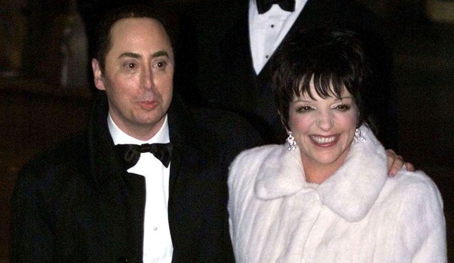 Le 16 mars 2002, Liza Minnelli épousait en quatrièmes noces le producteur David Gest. La cérémonie a eu lieu à l'église Marble Collegiate Church de New York. La star avait pour témoin Michael Jackson et Elizabeth Taylor en dame d'honneur. Plus de 800 invités ont assisté à la réception qui s'est déroulée dans un luxueux hôtel à proximité. Le gâteau, comprenant douze étages, a coûté à lui seul 40 000 dollars… Le couple a divorcé un an plus tard.