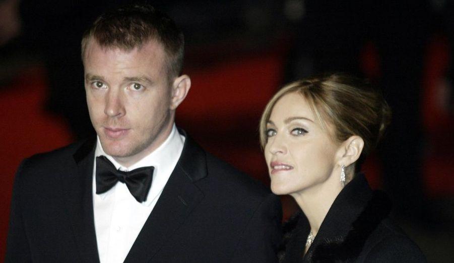 En décembre 2000, Madonna a épousé Guy Ritchie au château de Skibo en Irlande. La fête s'est déroulée selon la tradition écossaise. La star portait une robe signée Stella McCartney –également demoiselle d'honneur de la chanteuse- agrémentée d'un diadème en diamant déjà porté par la princesse Grace Kelly. Gwyneth Paltrow, Rupert Everett ou encore Sting, à l'origine de la rencontre entre les deux stars, ont assisté à la noce. La location des quelques 200 chambres de la somptueuse propriété aurait coûté une fortune aux jeunes mariés… A l'automne 2008, Madonna et Guy Ritchie ont officialisé leur divorce.