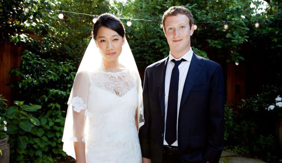 Le fondateur de Facebook a épousé sa compagne de longue date, la pédiatre Priscilla Chan. C'est lui-même qui l'a annoncé en postant cette photo, le jour des noces, le 19 mai, sur… Facebook.