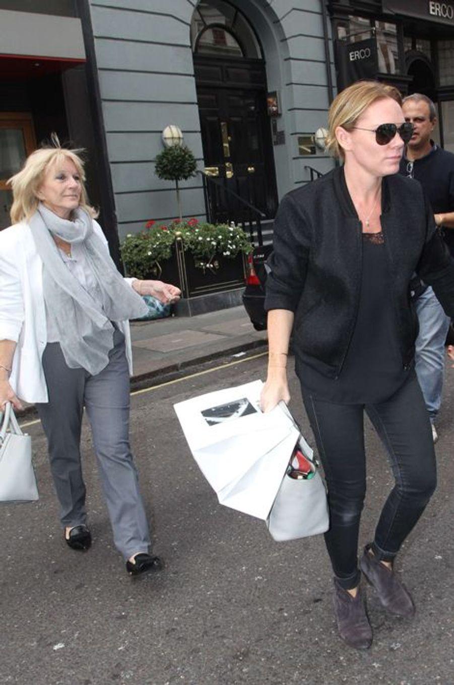 Sandra et Louise Adams lors de l'ouverture de la boutique londonienne de Victoria Beckham ce 25 septembre 2014.