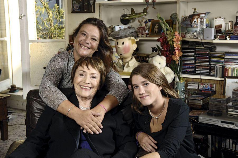 Chez elle, à 75 ans, rue du Foin, à Paris, avec Giulia et Lola, sa petite-fille de 21ans, en 2006.