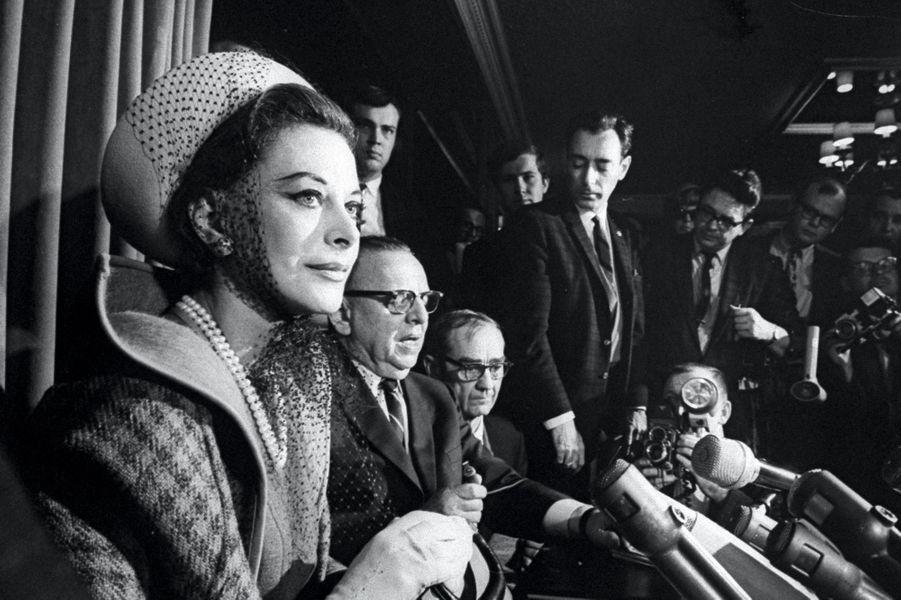 Elle est surprise en train de voler pour 86 dollars d'effets dans un magasin de Los Angeles, en 1966.Conférence de presse le lendemain du vol elle parle d'un malentendu. Vingt ans plus tard, après un nouveau larcin, elle jure avoir été une grande actrice de Hollywood. Personne ne la reconnaît.