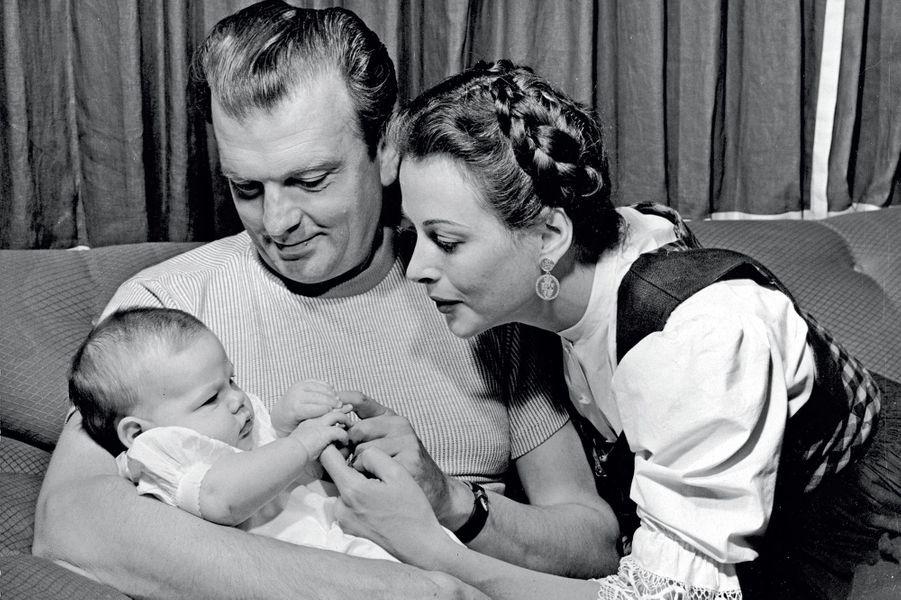 Son troisième mari : l'acteur John Loder. Avec leur petite fille, Denise, en 1945.