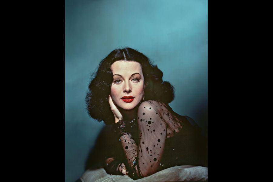 « Une petite fille aussi blanche que la neige, vermeille comme le sang et noire de cheveux comme le bois d'ébène », écrivent les frères Grimm à propos de Blanche-Neige. Le portrait de Hedy Lamarr.