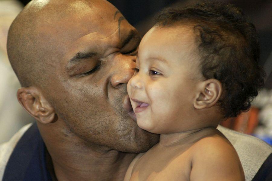 Mike avec son fils Miguel, en 2003
