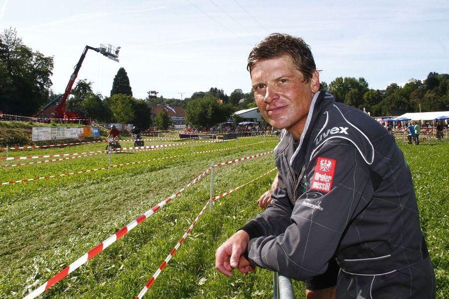 Au printemps 2014, l'ancien cycliste provoque un grave accident de la route en Suisse, après avoir pris le volant en état d'ivresse.