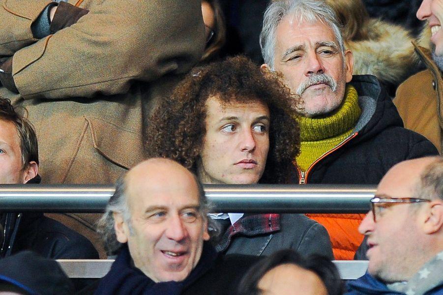 David Luiz, défenseur star du PSG sur le banc de touche