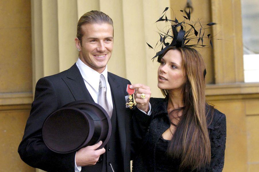 Avec Victoria en 2003. David Beckham était honoré de l'ordre de l'Empire britannique par Elizabeth II au palais de Buckhingham.