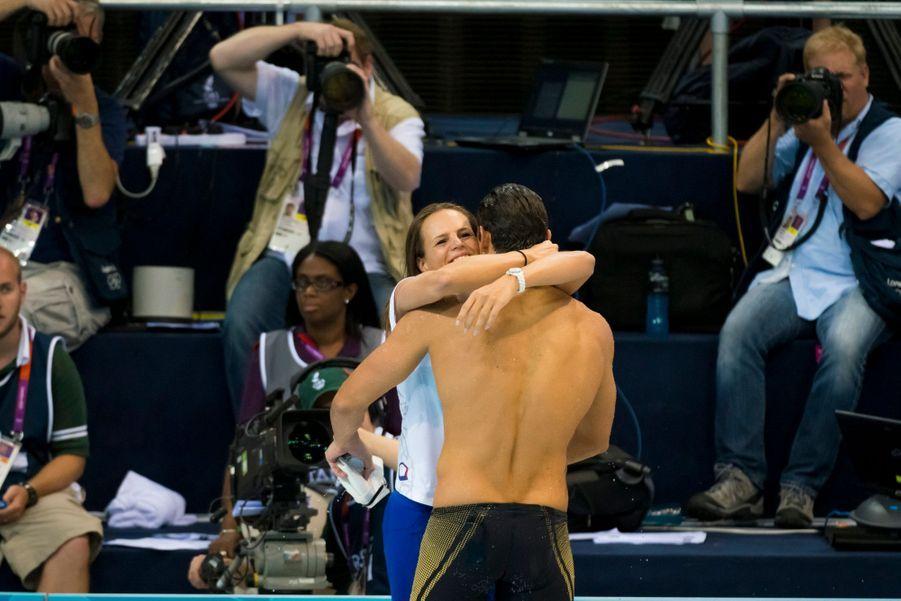 Jeux Olympiques d'été de Londres 2012 : finale du 50 mètres nage libre hommes à l'Aquatics Centre, vendredi 3 août 2012 : Florent Manaudou, 21 ans, médaille d'or en 21,34 secondes. Ici, Laure Manaudou se jette dans les bras de son frère à l'issue de la finale.