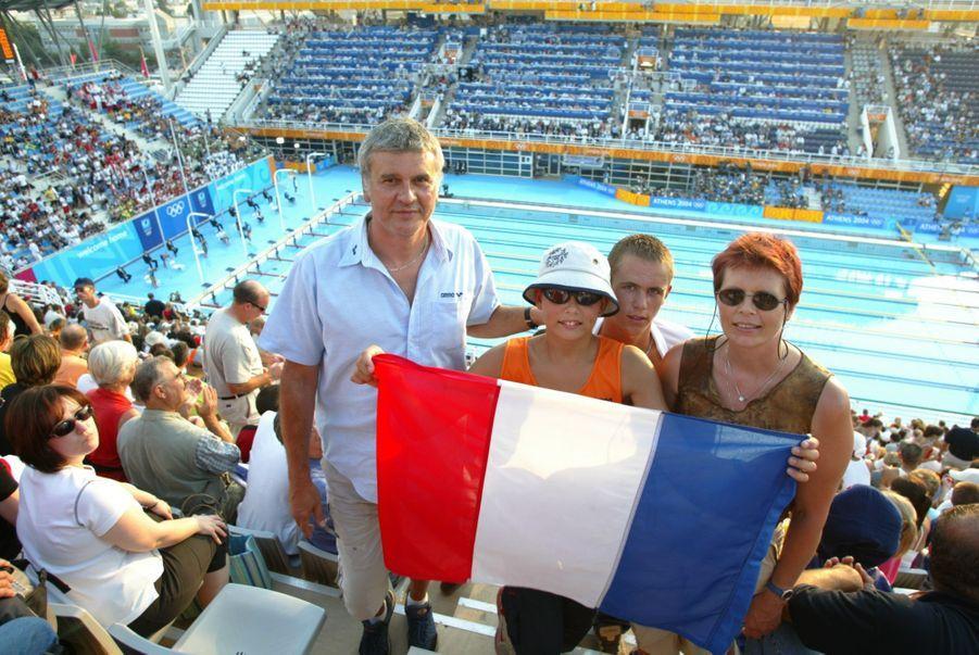 Jean-Luc et son épouse Olga avec leurs fils Florent et Nicolas venus encourager Laure avant le début de la compétition, agitant le drapeau français dans les gradins du bassin olympique.