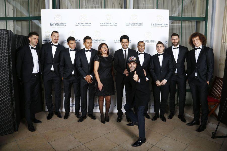 Jamel Debbouze et Anne Hidalgo entourés de l'équipe du PSG