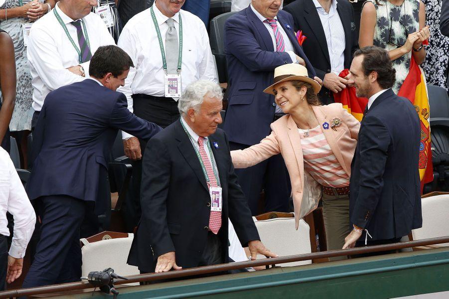 La princesse Elena serrant la main de Manuel Valls
