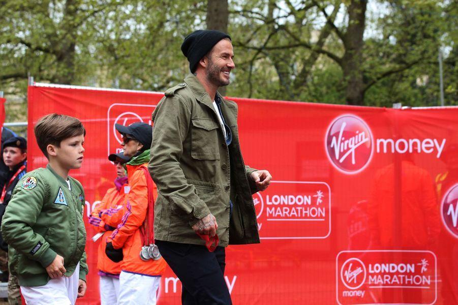 Après le marathon, David Beckham, accompagné de son fils Cruz, rejoint son fils cadet pour le féliciter