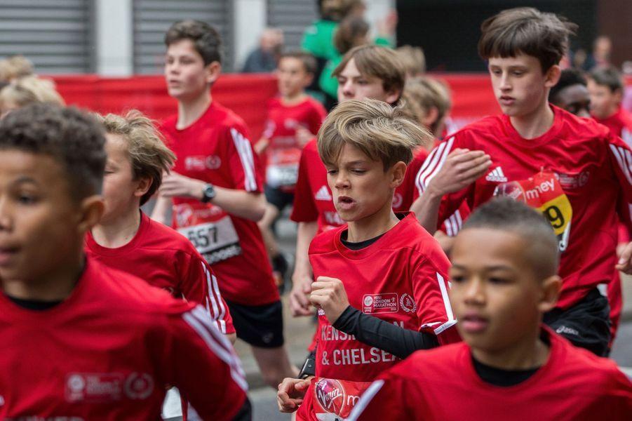 Romeo Beckham (centre) au marathon de Londres le 26 avril 2015