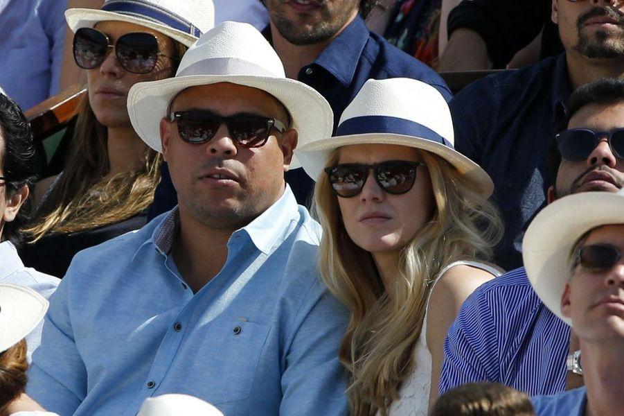 Le joueur de footballeur Ronaldo et son épouse
