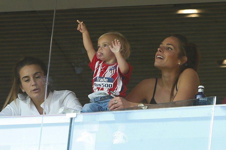 Erika Choperena dans les tribunes du stade Wanda Metropolitano avec sa fille Mia