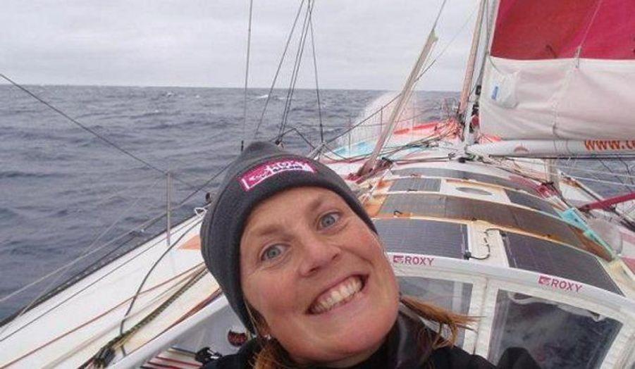 C'est la surprise du Vendée Globe : sur son sexy « Roxy » rose, la petite Anglaise de 34 ans sera sur le podium après deux mois de course.