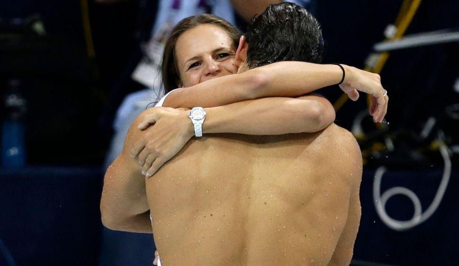 Les Jeux ne sont pas bons pour Laure, mais qu'importe: son petit frère Florent emporte l'or sur le 50 mètres nage libre et fête son titre dans les bras de sa sœur, à sa place il y a huit ans.