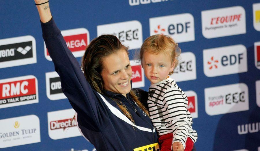 La nageuse française a annoncé mercredi soir sa deuxième retraite des bassins -et un heureux événement à venir, trois ans après la naissance de sa fille Manon. A 26 ans, la sportive la plus titrée de la natation française se retire définitivement, a-t-elle juré, près de quatre ans après un premier break. Si son retour, initié en 2011, lui a permis de remporter une nouvelle médaille d'or aux championnats d'Europe (50 mètres dos), on se souviendra également de ses larmes de joie lors des Jeux olympiques de Londres, si heureuse du succès de son petit frère Florent. Retour en images sur dix ans d'une carrière faite de (très) hauts et de bas.