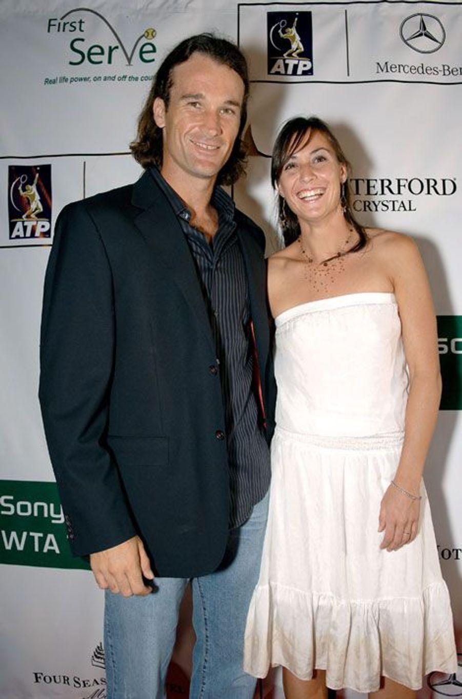 Carlos Moya et Flavia PennettaLeur histoire s'est terminée en 2007, après trois ans de vie commune. Alors qu'elle voulait faire une surprise à son compagnon, la joueuse l'aurait découvert en plein adultère.