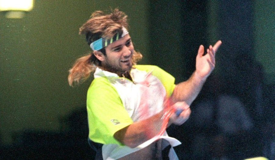 Outre la polémique relative à sa consommation de mésenphétamine en 1997, Andre Agassi a fait d'autres révélations dans son autobiographie, Open, publiée en partie par le Times la semaine dernière... Le Kid de Las Vegas, vainqueur de huit tournois du Grand chelem, a notamment avoué que sa tignasse blonde qu'il portait sur les courts dans les années 1990, notamment lors de la finale de Roland-Garros de cette année là, n'était autre qu'une ... perruque !