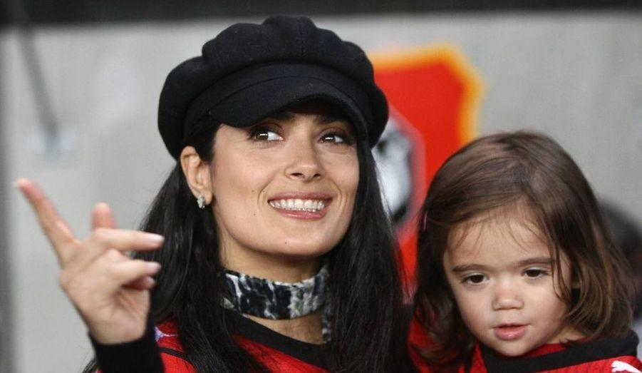 L'actrice Salma Hayek, son mari François-Henri Pinault et Zinédine Zidane, lui-même, étaient au Stade de la Route de Lorient, samedi, pour Rennes-Le Mans, afin de lancer le coup d'envoi de la nouvelle campagne de dons de l'association ELA qui recueille des fonds pour la lutte contre les leucodystrophies.