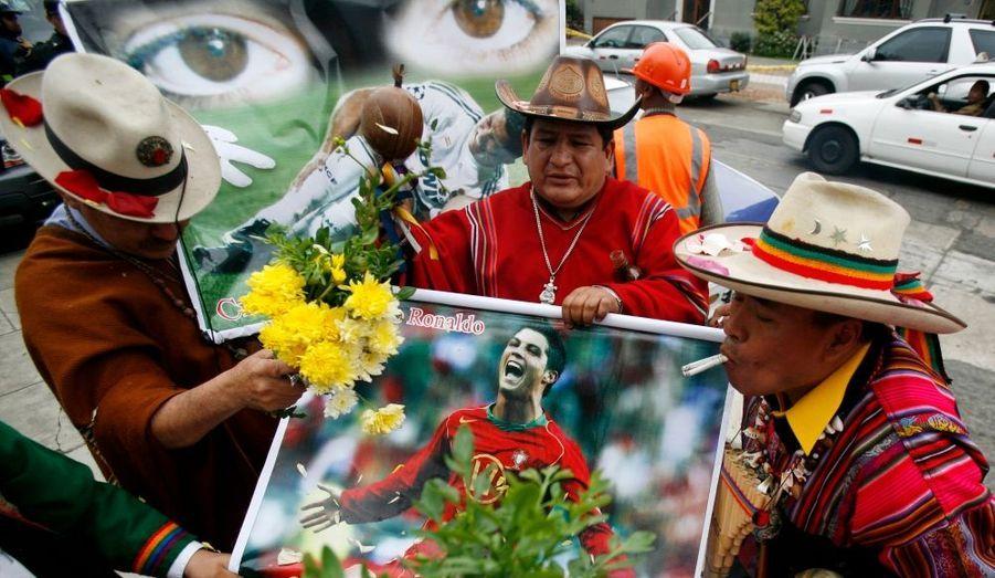 Ces chamans péruviens exécutent un bien étrange rituel. Ils se sont réunis devant l'Ambassade espagnole de Lima, pour une séance d'exorcisme afin d'écarter le mauvais esprit… de Cristiano Ronaldo. Le joueur du Real Madrid, qui souffre toujours d'une blessure à la cheville, serait, selon eux, victime d'une sorcière…