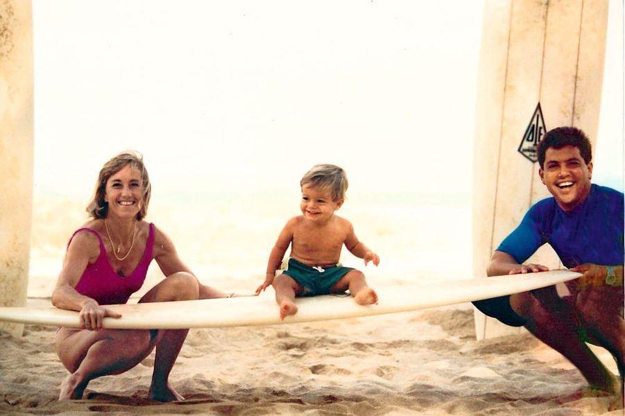 1 an et déjà sur la planche, avec ses parents, Paula et Martin, à Maui, Hawaii.