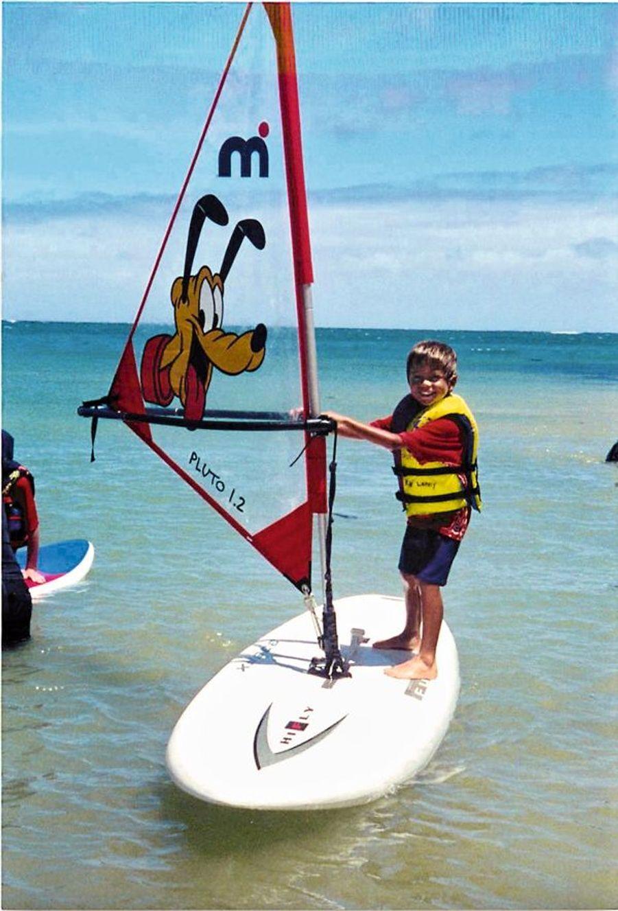 A 6 ans, sur sa planche de Windsurf, « Pluto ».