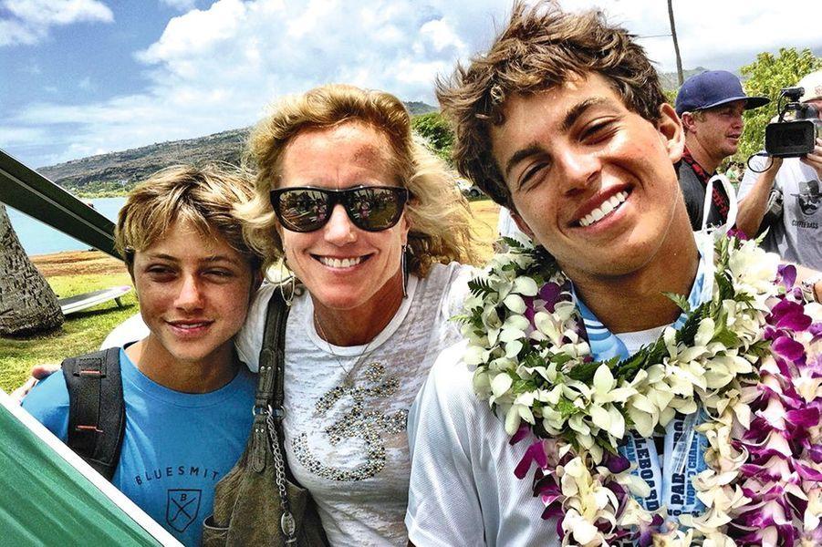 Avec son petit frère, Ridge (à g.) et sa mère, Paula, après un podium.