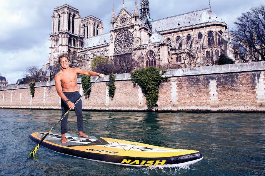Kai Lenny sur son stand up paddle (SUP), quai de Montebello, mercredi 30 mars. Il est à Paris pour l'Indoor de France, une compétition de Windsurf à l'AccorHotels Arena (ex-Palais omnisports de Paris Bercy).