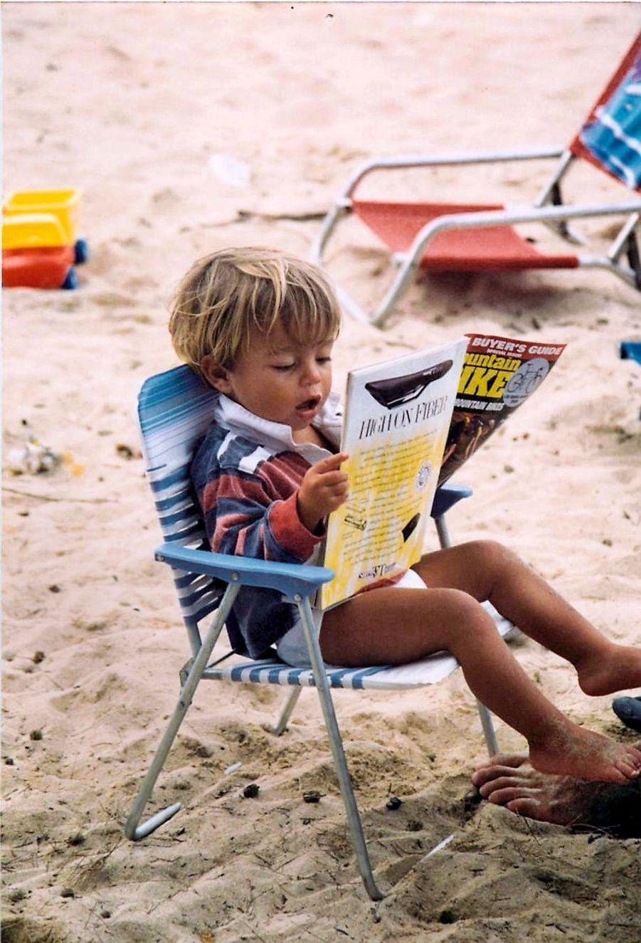 Kai ne sait pas encore lire mais parcourt les magazines de sports extrêmes, à 2 ans.