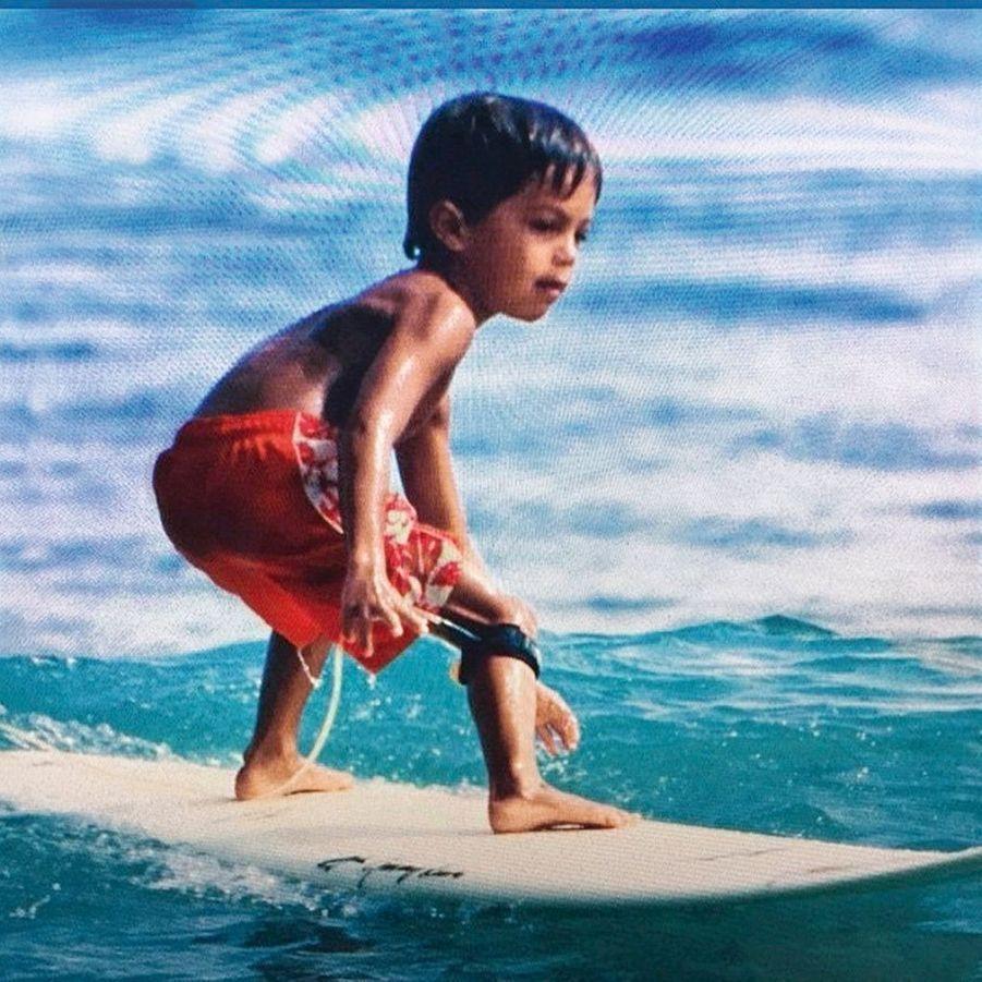 Un surfeur de 4 ans.