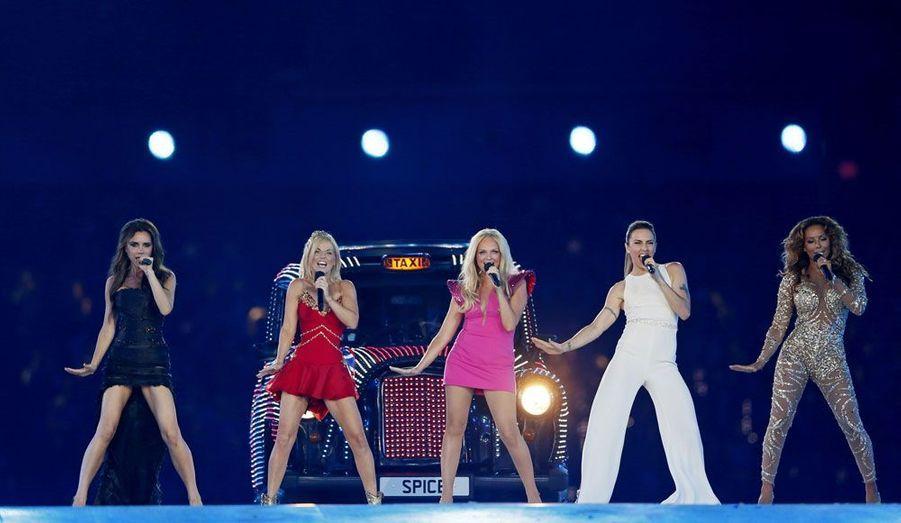 """Les Spice Girls, groupe emblématique de la pop à la fin des années 90, ont été ressuscitées le temps de quelques minutes aux Jeux Olympique de Londres.Victoria Beckham, Emma Bunton, Melanie Brown, Melanie Chisholm et Geri Halliwell ont foulé la scène de la cérémonie de clôture. Les cinq filles issues du """"Girl Power"""" sont arrivées dans des taxis reprenant leurs motifs vestimentaires. Elles ont interprété un medley avec """"Wannabe"""" et """"Spice up your life"""" qui s'est achevé sur le toit de leurs taxis."""