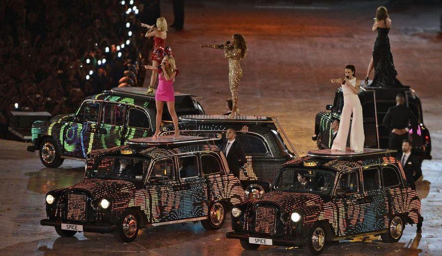A l'arrivée des Spice Girls, le public a aussitôt replongé dans la nostalgie du groupe.
