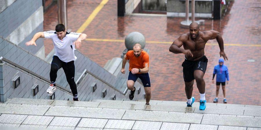 A Tokyo, en mai 2014, il fait la course avec Franck Chambilly, son entraîneur (au centre), un ancien champion poids plume... qu'il laisse sur le carreau.