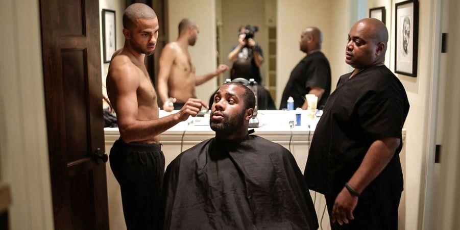 Séance coiffure avec Tony Parker.