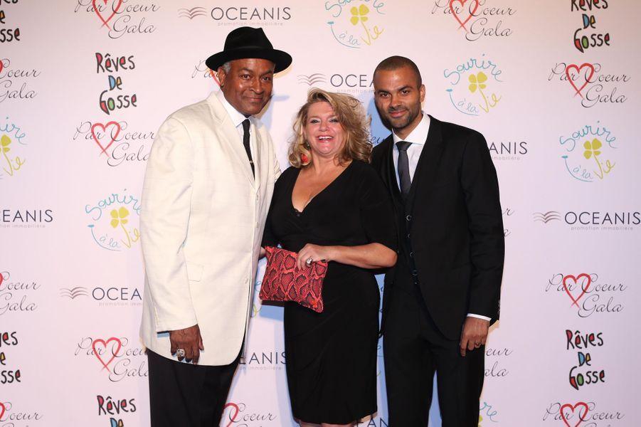 Tony Parker avec ses parents au 9ème «Parc Cœur Gala» à Lyon, le 25 septembre 2014.