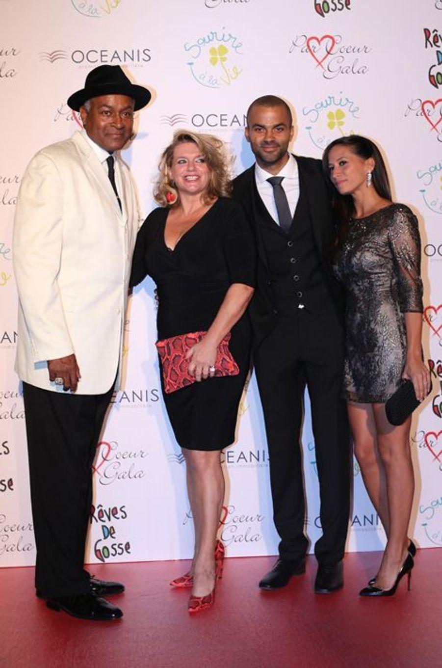 Tony Parker avec son père, sa mère et sa femme Axelle au 9ème «Parc Cœur Gala» à Lyon, le 25 septembre 2014.