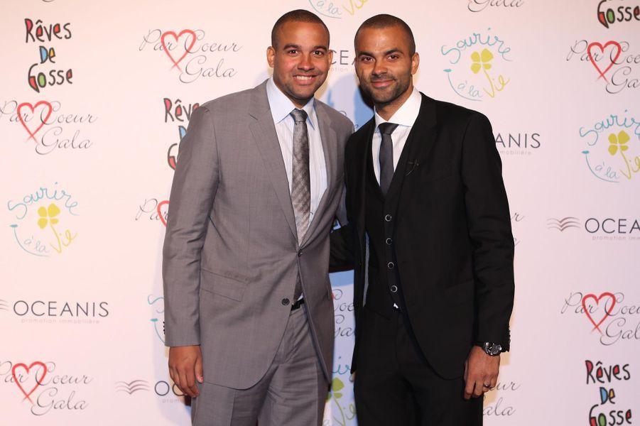 Tony Parker et son frère Pierre au 9ème «Parc Cœur Gala» à Lyon, le 25 septembre 2014.