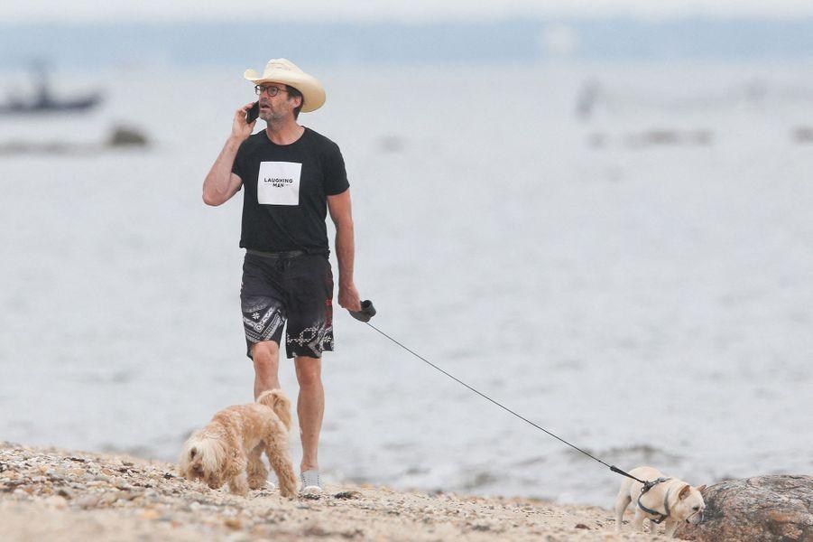 Hugh Jackman et son chien dans les Hamptons le 24 juillet 2020